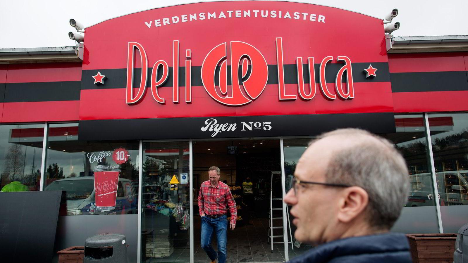 Deli de Luca-sjef Tormod Lier foran flaggskipet på Ryen. Kioskkjeden har ambisjoner om å ta en ny posisjonen langs landeveien når de rykker inn i 50–70 Esso-stasjoner. Foto: