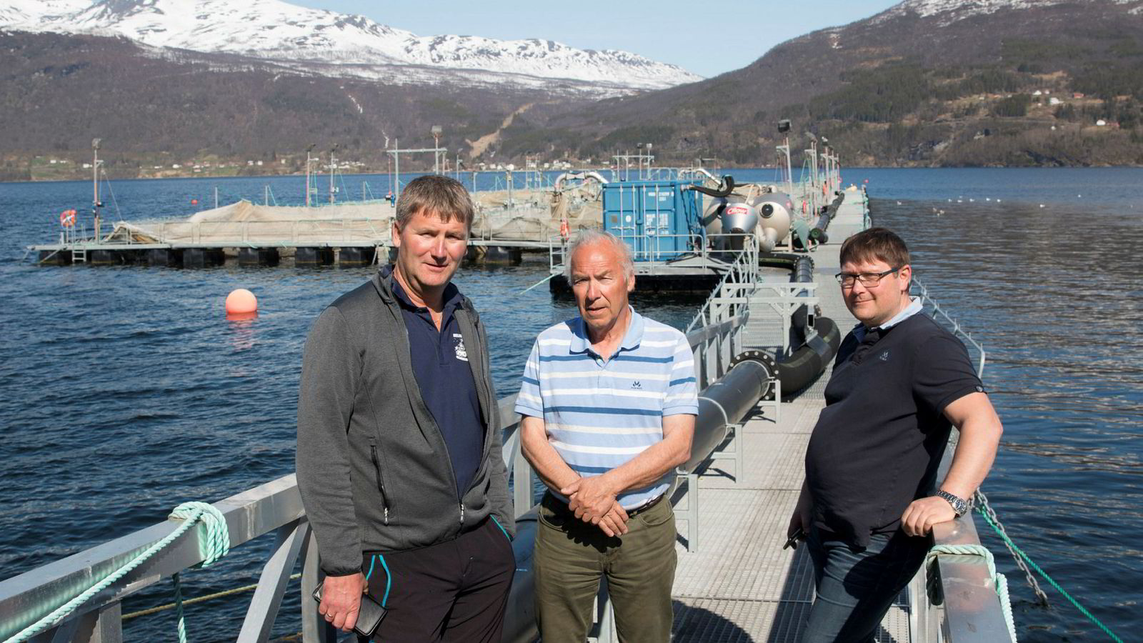Daglig leder Tore Lundberg i Gratanglaks, daglig leder Odd Bakkeli i Salaks og driftsleder Lars Berg i Kleiva Fiskefarm har mistet en million laks. Her foran tomme ventemerder ved lakseslakteriet i Gratangsfjorden.