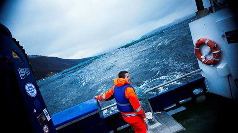 Sjømatselskapet Grieg Seafood tas ut av DNB Markets' portefølje fordi aksjestrateg Paul Harper ser muligheten for å sikre gevinst fra selskapet før andrekvartalstallene kommer. Her områdeleder Roger Karlsen ved Grieg Seafood i Alta.