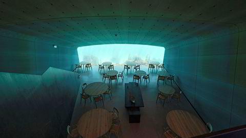 Under er en restaurant så ulogisk og besnærende man kan tenke seg – halvannen time fra nærmeste by, under vann og med vindu mot havbunnen.