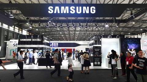 Samsung-gruppen skal investere over 1300 milliarder kroner de neste tre årene – det aller meste i den sørkoreanske økonomien. Smarttelefonmarkedet er mettet, og kinesiske konkurrenter tar innpå. Her fra Mobile World-konferansen i Shanghai.