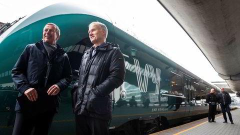 Konsernsjef Geir Isaksen (t.h.) og styreleder Dag Mejdell i NSB foran nylakkert «Vy»-tog. Politikerne er ikke spesielt begeistret for nyprofilering og prislappen