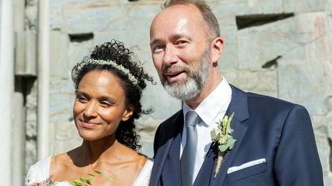 Etter fem år ble Haddy Njie og Trond Giske mann og kone. Her utenfor Nidarosdomen etter vielsen tidligere i år.