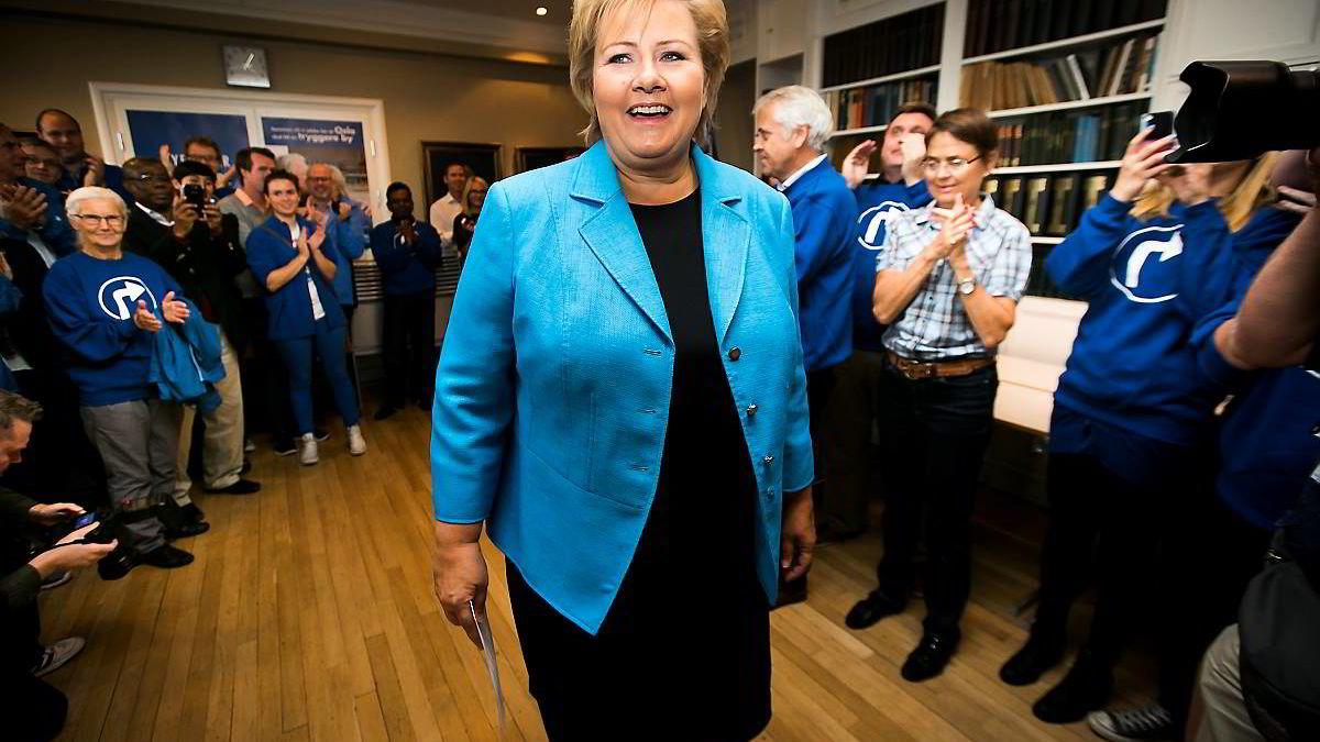 Selv om Erna Solberg har slipt Høyres kanter, sverger hun heldigvis til partiets gamle trosbekjennelse, skriver Dagens Næringsliv. Her ankommer hun Høyres Hus på torsdag denne uken til en markering av at det var 100 timer igjen til stortingsvalget.
