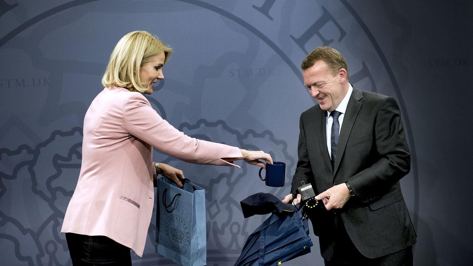 Ingenting var overlatt til tilfeldighetene da Helle Thorning-Schmidt og Lars Løkke Rasmussen utvekslet gaver i forbindelse med nøkkeloverleveringen ved det danske statsministerkontoret mandag. Foto: Scanpix Danmark