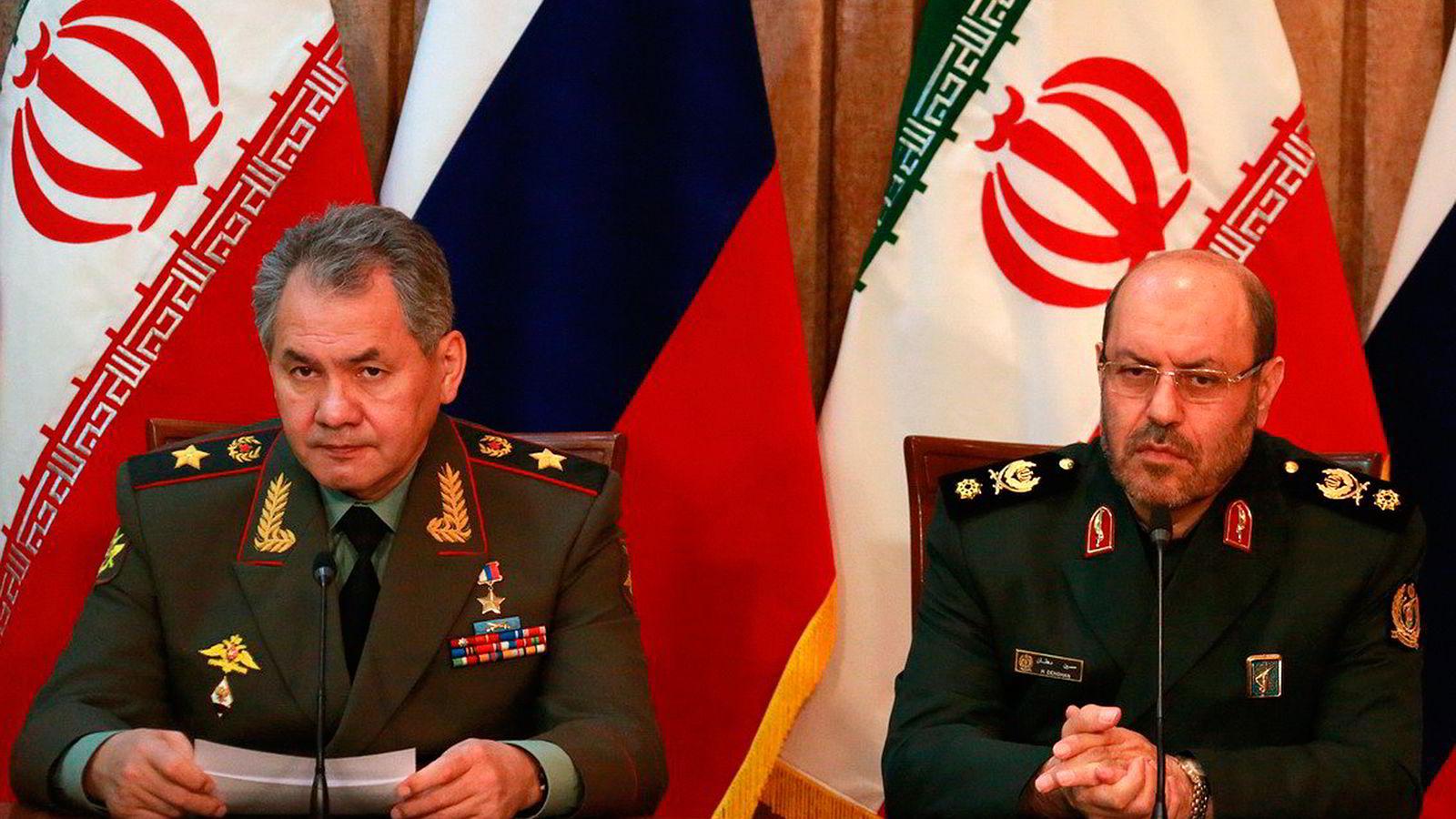 Russlands forsvarsminister Sergej Sjojgu (til venstre) og Irans forsvarsminister Hossein Dehqan signerte tirsdag en militær samarbeidsavtale mellom landene.