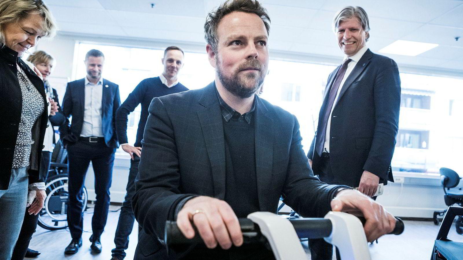 Næringsminister Torbjørn Røe Isaksen (H) prøver et elektrisk kjøretøy og bivånes av eldre- og folkehelseminister Åse Michaelsen (Frp) helseminister Bent Høie (H), daglig leder Jeppe Skjønberg fra Atri-X og miljøminister Ola Elvestuen (V).