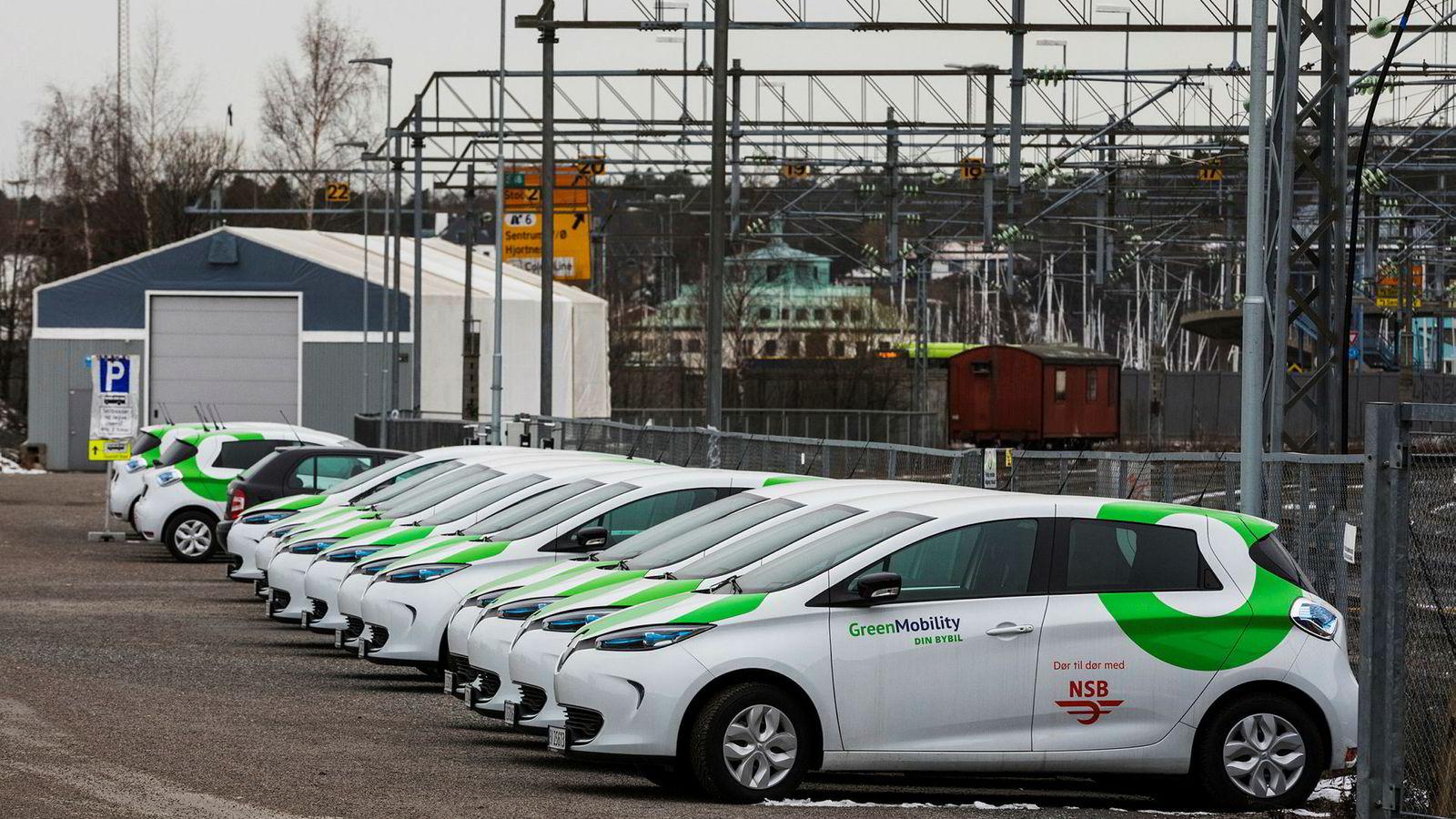 Her står 12 av NSB Bybils 250 biler parkert på Filipstad i Oslo. De avventer tekniske utbedringer og er inntil videre ikke mulig å bestille i appen.