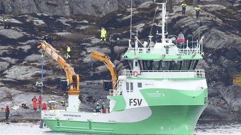 Et kranfartøy arbeidet lørdag ettermiddag med å heve helikopteret som styrtet ved Turøy utenfor Bergen. Foto: Vidar Ruud/