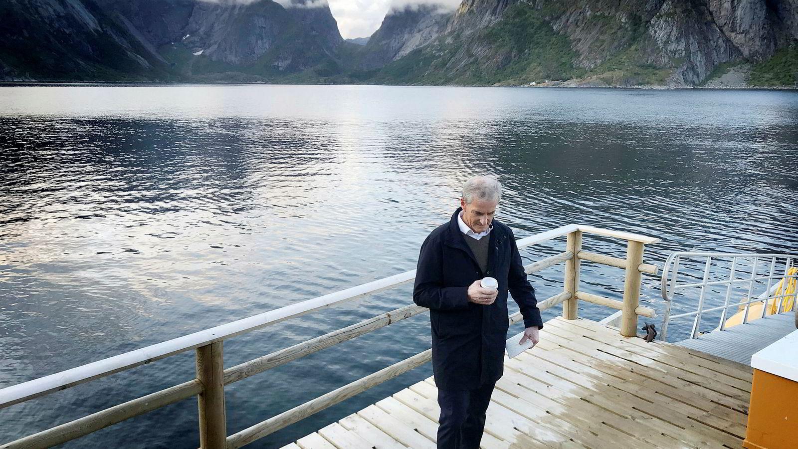 Her er Ap-leder Jonas Gahr Støre i et konsentrert øyeblikk før han gikk løs på Sp-leder Trygve Slagsvold Vedum under NRKs folkemøte i Reine.
