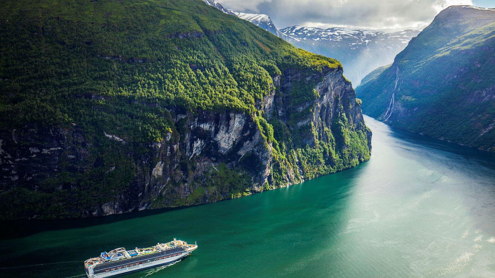 Cruiseskipet Sapphire Princess, eid av Princess Cruises, på vei ut Geirangerfjorden i Møre og Romsdal. Foto: Halvard Alvik / NTB scanpix