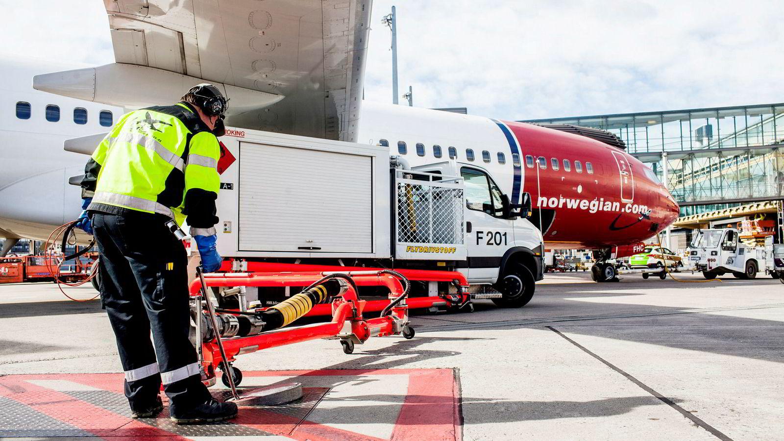 Norwegian bruker nær ti milliarder kroner årlig på å fylle tanken med drivstoff og får drahjelp av at oljeprisen har falt 30 prosent. Det kan også hjelpe investorene som i verste fall må inn med frisk egenkapital. Her fra Oslo lufthavn.