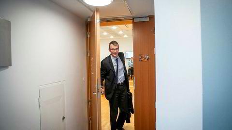 – Han er en utmerket leder og en god person rett og slett. Det er ubegripelig at vi sitter her i denne situasjonen, sa Svein Støle i rettssal 828 i Oslo tingrett fredag. Her på vei ut av rettssalen etter vitneforklaringen.
