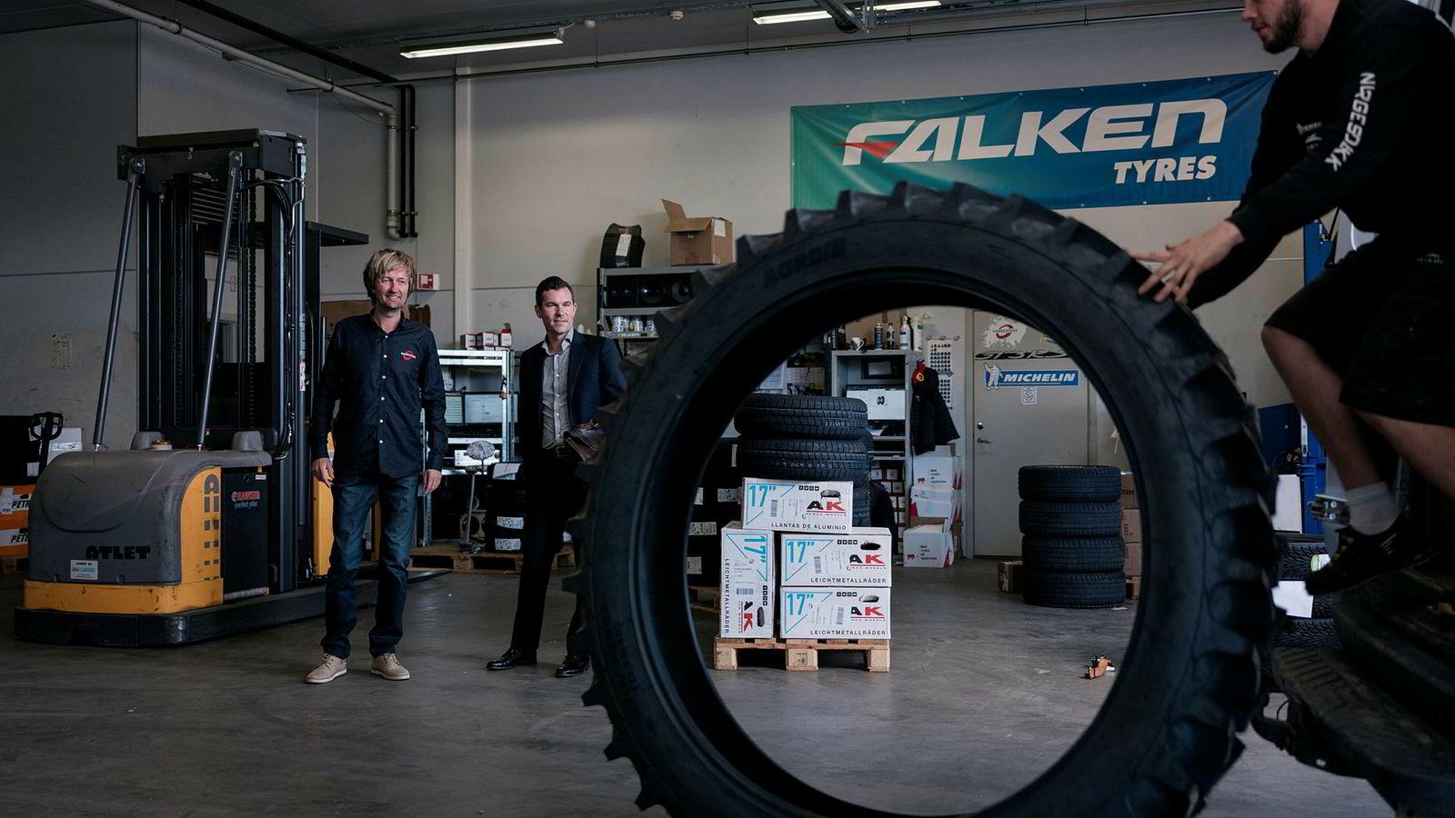 Sindre Ertvaag i Camar (i midten) kjøper seg inn i Norgesdekk. Leif-Rune Ølber (til høyre) triller ut et traktordekk på lasterampen. Det var nettopp traktordekk det hele begynte med for Jone Stangeland (til venstre) og faren Arne.