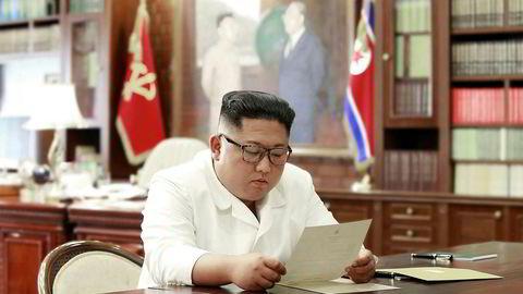 Dette bildet skal ifølge statlige medier i Nord-Korea vise Kim Jong-un som leser et brev fra USAs president Donald Trump.