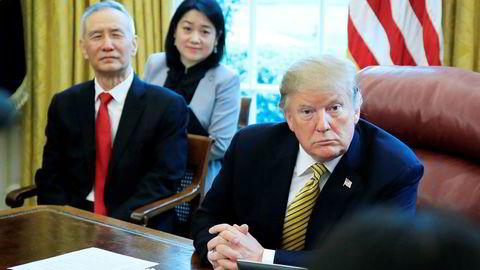 President Donald Trump sender børsene utfor. Her fra et tidligere møte med Kinas visestatsminister Liu He.
