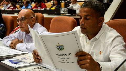 En parlamentariker i Havanna studerer utkastet til ny grunnlov. Nå har folket tre måneder på seg til å komme med innspill til endringer. Deretter blir det folkeavstemning.