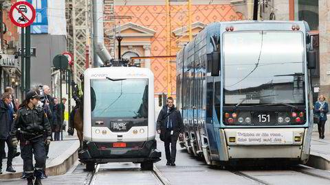 Den selvkjørende bussen holder en lav hastighet og følger eksakt samme trasé hver dag. Den passer svært godt i områder for bolig og industri, og den stopper dersom noe kommer i veien for den, enten der er ved siden eller foran kjøretøyet, sier forfatterne. Her er Statsminister Erna Solberg (H) og leder i Arbeiderpartiet Jonas Gahr Støre som lar seg transportere i en selvkjørende buss til IKT-Norges årskonferanse i Oslo i april.