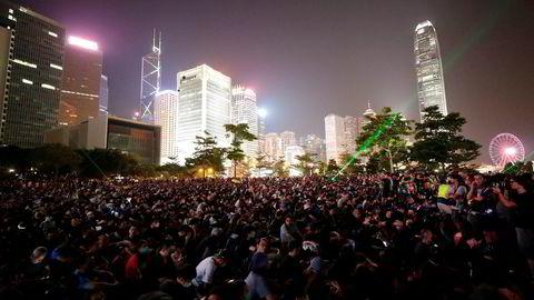 Tusenvis av regjeringskritiske demonstranter samlet seg lørdag kveld i Tamarparken i Hongkong. Lørdag er det fem år siden den såkalte paraplybevegelsen ble startet. Foto: Vincent Thian / AP / NTB scanpix
