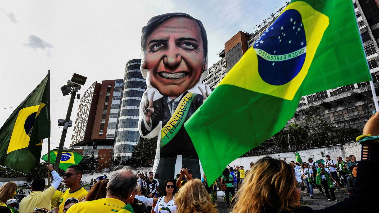 Presidentkandidat Jair Bolsonaro har ikke deltatt i valgkampen den siste måneden, og forklarer det med skadene etter et knivangrep. Tilhengere av Bolsonaro samlet seg utenfor sykehuset han var innlagt på for å vise sin støtte.