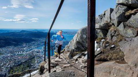 Dersom du trener for å prestere i utholdenhetsidretter, bør du drive med intervalltrening, for eksempel i motbakke. Bildet viser Anita Iversen Lilleskare som løper opp Ulriken i Bergen.