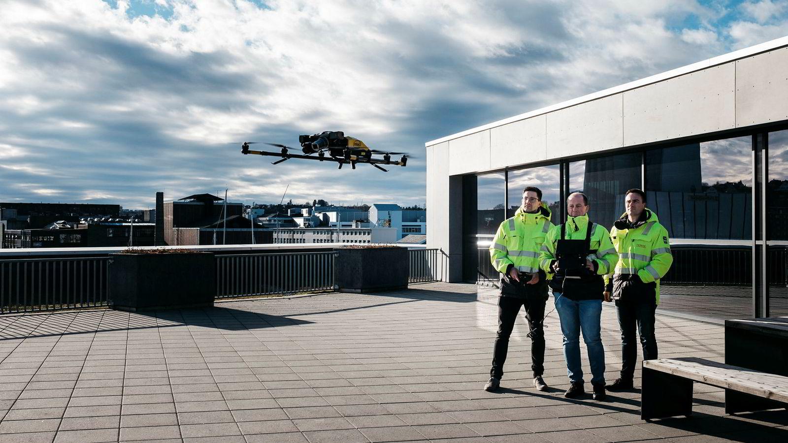 Nordic Unmanned har utviklet sin egen drone, men storkontrakten skal flys med mye større, innkjøpte droner, med rekkevidde på 50 kilometer. Knut Roar Wiig (til høyre) leder selskapet, mens Ernst Morten Aasen (midten) er droneoperatør og trener har sammen med rådgiver Alexander Hatlestad.