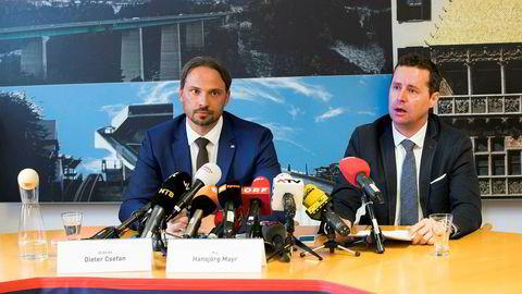 Dieter Csefan (til venstre) og Hansjörg Mayr fra Østerriksk politi under en pressekonferanse etter en dopingrazzia under VM på ski i Seefeld.