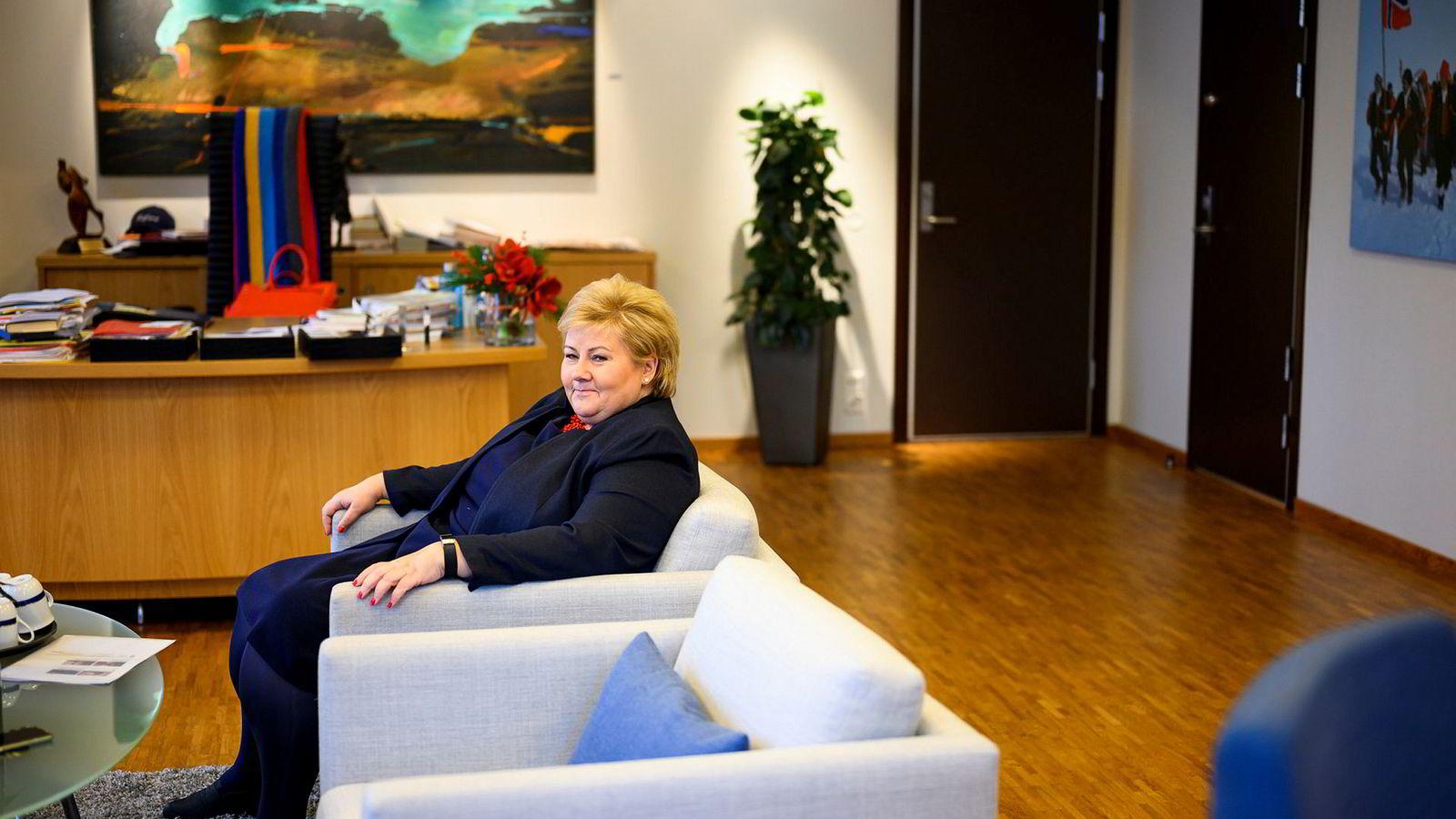 Statsminister Erna Solberg er bekymret for at det fødes for få barn her i landet og vil at folk skal bruke juleselskapene til å snakke om saken.