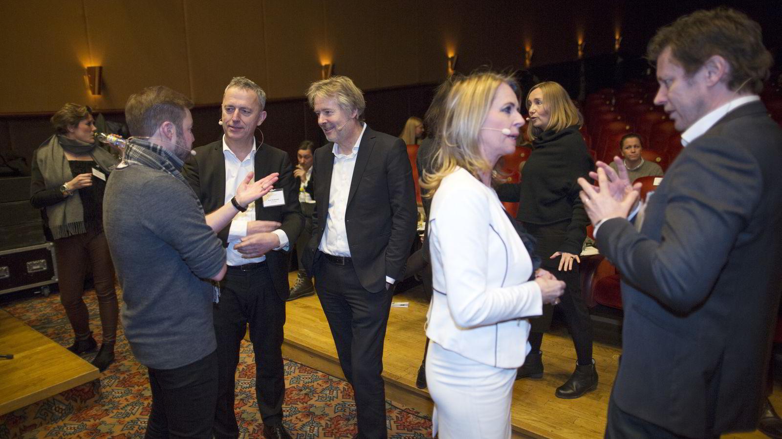 Til venstre: Are Stokstad i samtale med Even Aas-Eng i Venture Factory (skjult) og publisher Torry Pedersen i VG. Foran står redaktør Ellen Arnstad i Aller Media og administrerende direktør Trygve Rønningen i MTG Norge. Foto: