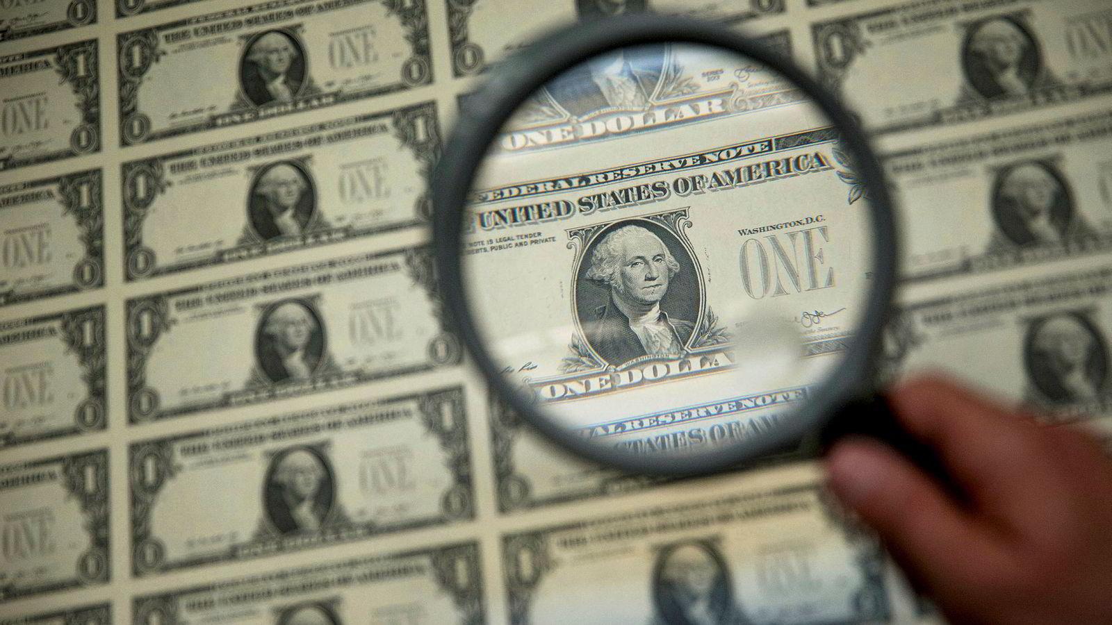 Tre tidligere sentralbanksjefer mener at sentralbanker i krisetider bør kunne trykke opp mer penger til staten.