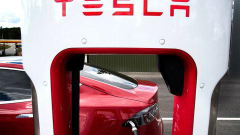 Her fra en av Teslas superladerstasjoner på Nebbenes.