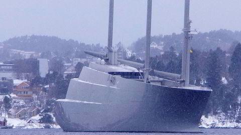 Den russiske oligarken Andrej Melnitsjenko sparer omlag 700 millioner kroner i tysk moms ved å seile innom Kristiansand på veien fra verftet i Tyskland. Foto: DN