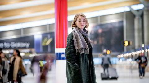 Leder Anja Bakken Riise i miljøorganisasjonen Framtiden i våre hender reagerer på at Avinor bruker 100 millioner kroner i markedsføring av nye flyruter. Her i avgangshallen på Oslo lufthavn.