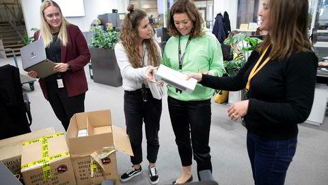 Mediekonsernet Schibsted vil kuppe en eventuell Amazon-satsing i Norge med pakketjenesten Svosj. Thea Kamp deler ut Svosj-vannflasker til Konsernsjef i Schibsted Kristin Skogen Lund og Cathrine Laksfoss (til høyre), direktør for distribusjon i Schibsted. Til venstre Kristina Johnstad.