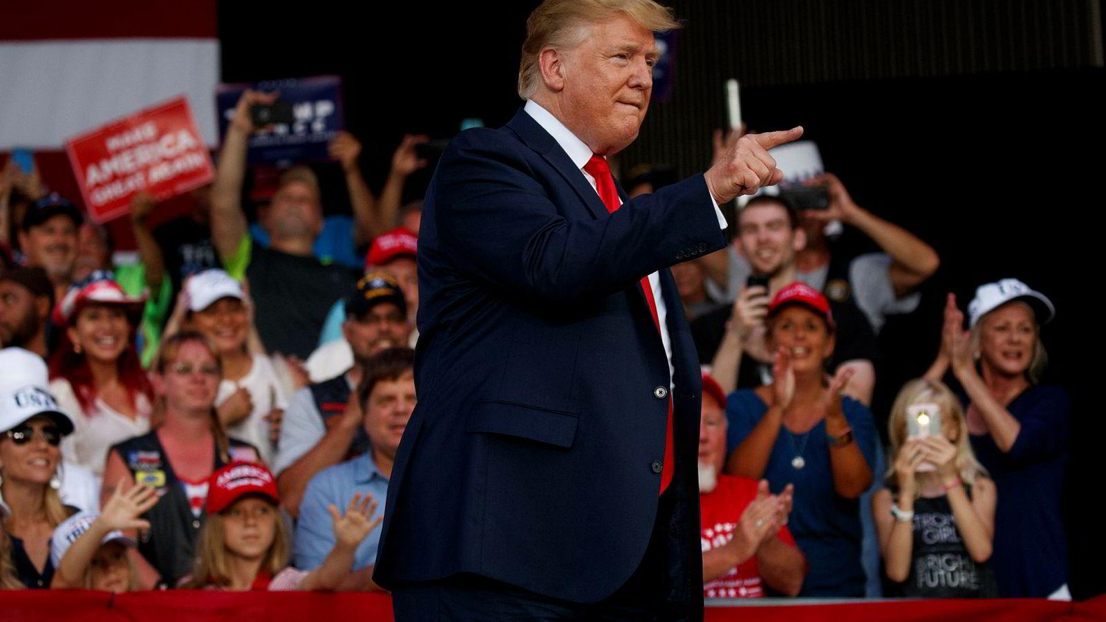 USAs president Donald Trump langet ut mot Kina under et valgkamprally i Florida. Forhandlere fra USA og Kina må få på plass en handelsavtale i løpet av torsdag. Hvis ikke vil USA mer enn doble straffetollen på kinesiske produkter verdt 200 milliarder dollar – fra 10 til 25 prosent.