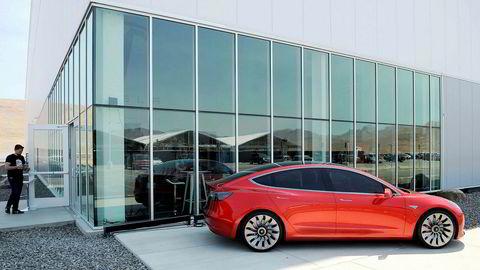 En prototyp av Teslas nyeste bilmodell «Model 3» står utstilt utenfor bil – og batterifabrikken Gigafactory 1 i Nevada, 2016.