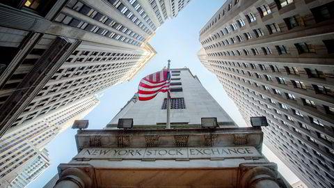 Personalinngangen til NYSE, New York Stock Exchange, ligger klemt mellom Wall Street og New Street.