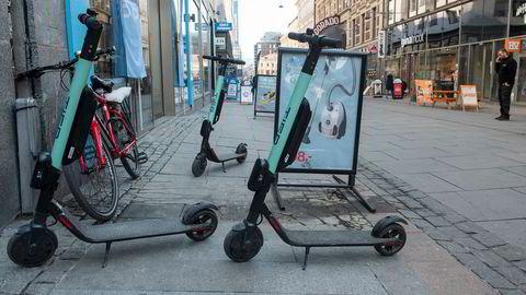 Gårdeierne kan ikke gjøre henslengte elsparkesykler til leietagernes ansvar dersom disse ikke har forutsetninger og rutiner til å håndtere dem, advarer advokatene Christine Downing og Camilla Skjønberg. Her fra Torggata i Oslo.