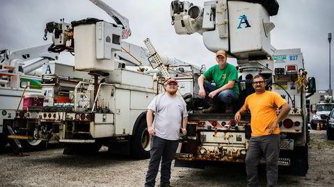 Cheiden Fields fra Nashville Tennessee (fra venstre), Justin Bailey fra Northeast Georgia og Josh Kimpsten fra Southwest Iowa jobber for det Boston-baserte selskapet Alliance Power Group, og er sendt til North-Carolina for å være klar til å hjelpe til så fort det er trygt å dra inn i stormområdene.