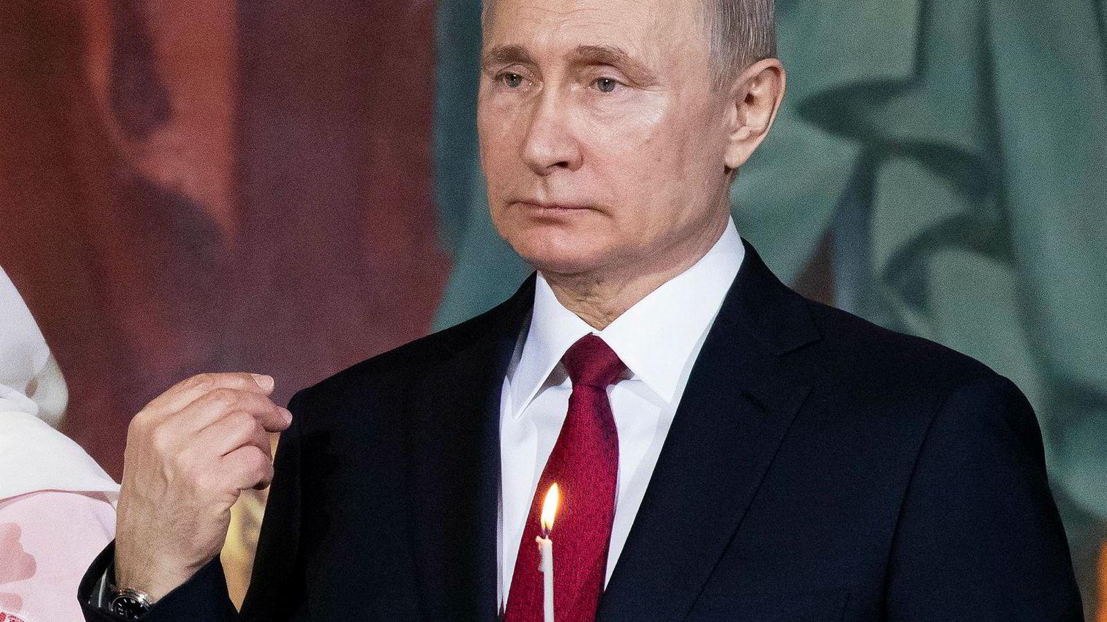 President Vladimir Putin driver fortsatt politisk krig mot vestlige demokratier. Her gjør han korsets tegn i påsken.