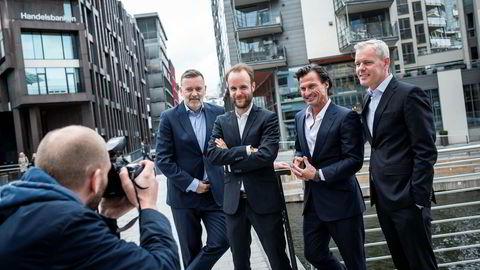 Sjef i Kruse Larsen, Jan-Erik Larsen (fra venstre), sjef i Storm Communcations Marius Parmann, Petter Stordalen og tidligere E24-redaktør Per Valebrokk poserer for fotografen.