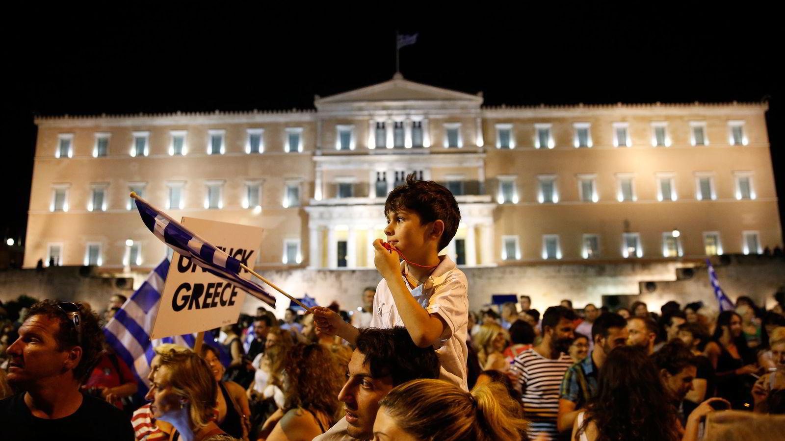 Adonis (18) og Sokratis (7) Dekas på Syntagmaplassen i Aten.