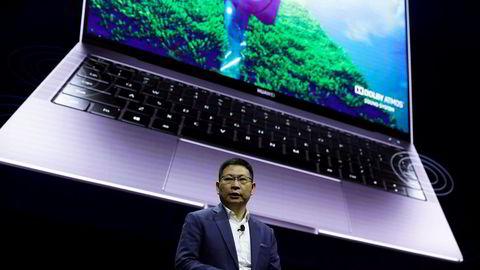 Huawei-direktør Richard Yu viste frem den personlige datamaskinen MateBook X Pro i Spania i februar. Nye modeller som skulle lanseres denne uken, er utsatt på grunn av amerikanske sanksjoner mot selskapet.