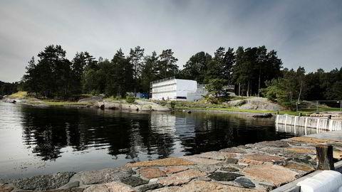 Boligbygger Gunnar Frederik Selvaag fikk en omstridt tillatelse til kjeller i sin nye fritidsbolig på Tjøme, etter at politikere og Fylkesmannen først hadde gitt klarsignal til en annen, og mindre, utbygging i strandsonen
