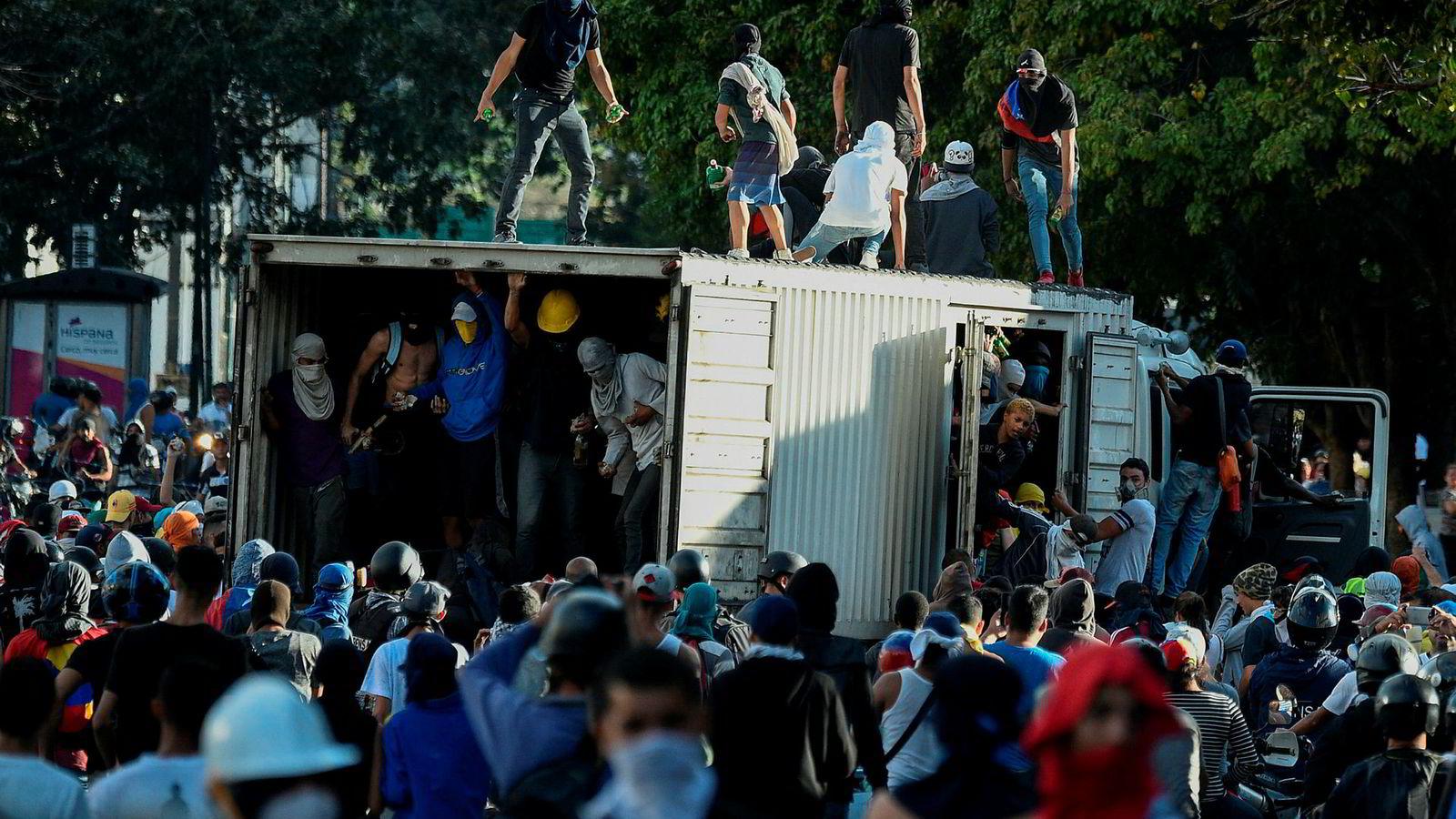 Demonstranter i Venezuela har tatt over en lastebil og blokkerer en motorvei under en protest mot regjeringen til president Nicolas Maduoro.