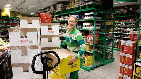 – Jobb hardt og stå på slik at du gjennom arbeidet får anerkjennelse for jobben du gjør – og ikke «statusen» du har, sier Heidi Ibenholt, som valgte bort psykologi- og politistudier og ble butikksjef på Kiwi. Foto: Per Ståle Bugjerde