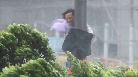 Flere hundre flyvninger er innstilt, skoler, børs og selskaper holder stengt i Hong Kong og Sør-Kina i påvente at tyfonen Hato skal nå fastlandet med full styrke senere onsdag.