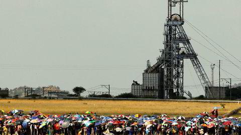 Gruvegiganten Impala Platinum kutter stort i arbeidsstokken. Bildet viser streikende arbeidere i 2012 utenfor et av selskapets anlegg i Rustenburg 120 km nordvest for Johannesburg.