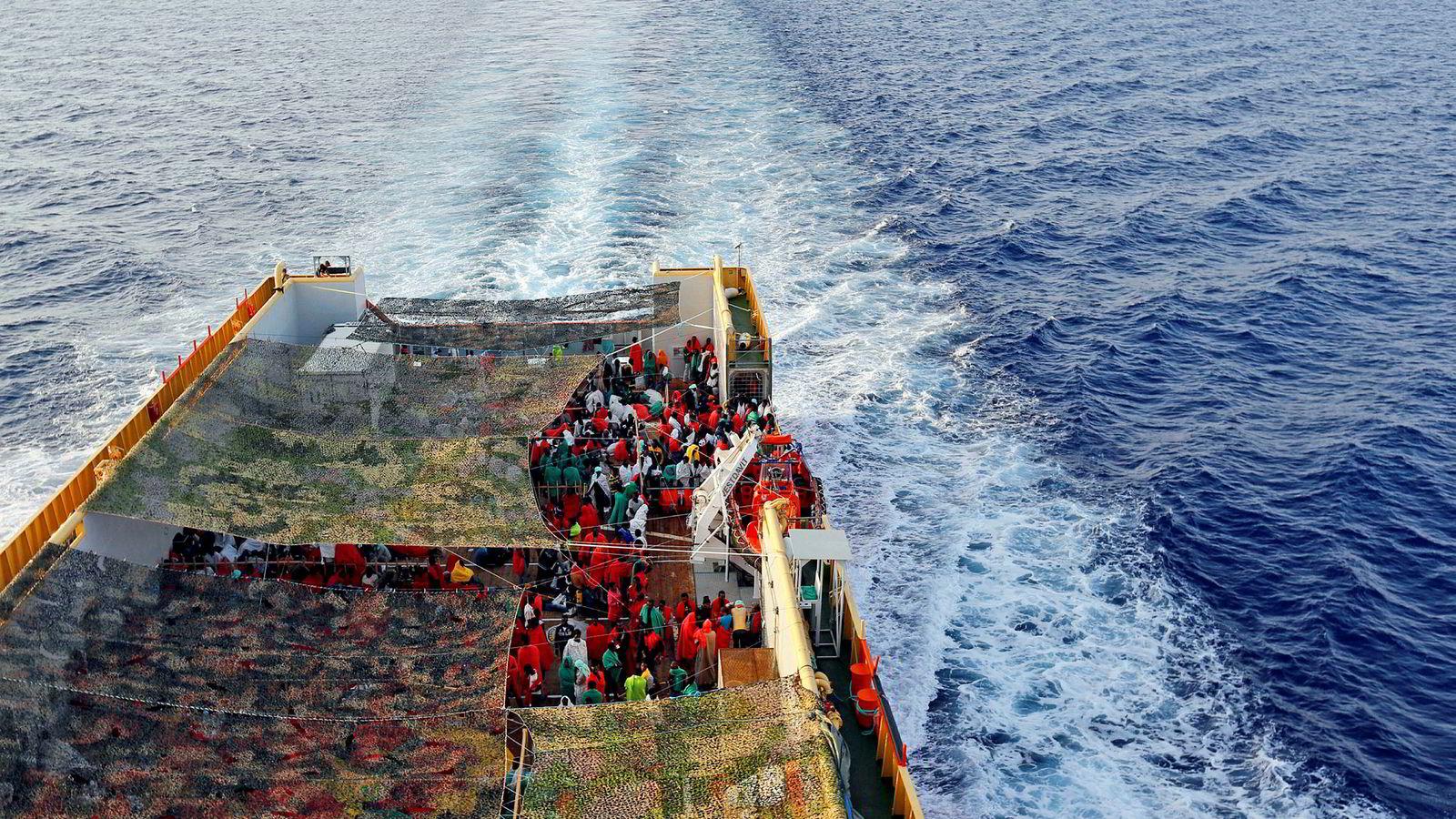 Organisasjonen Leger uten grenser planlegger å sende et skip under norsk flagg til Middelhavet for å redde migranter. Justisminister Jøran Kallmyr frykter konsekvensene. Dette bildet fra 2015 viser det norske skipet «Siem Pilot» med migranter om bord.