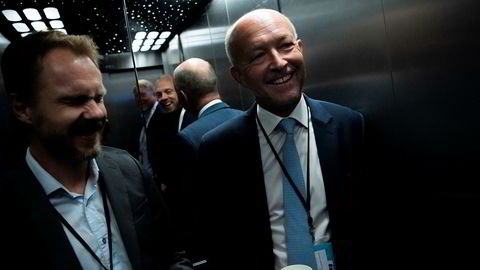 Equinor-pressetalsmann Morten Eek (til venstre), gleder seg over nytt funn sammen med letesjef Tim Dodson. Her i heisen  under oljemessen i Stavanger 29. august, tilfeldigvis samme morgen som letefolkene fikk de første positive resultatene fra boringen. I bakgrunnen stod redaktør Glenn Stangeland.